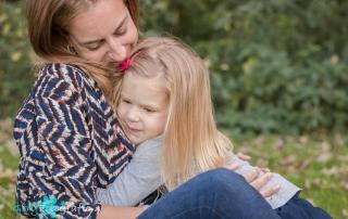 knuffel van dochter aan moeder