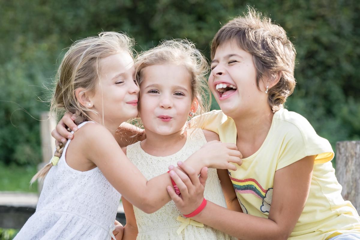 3 zussen|lachend